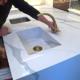 Огромная столешница из кварца с рисунком под мрамор Calacatta и интегрированная мойка